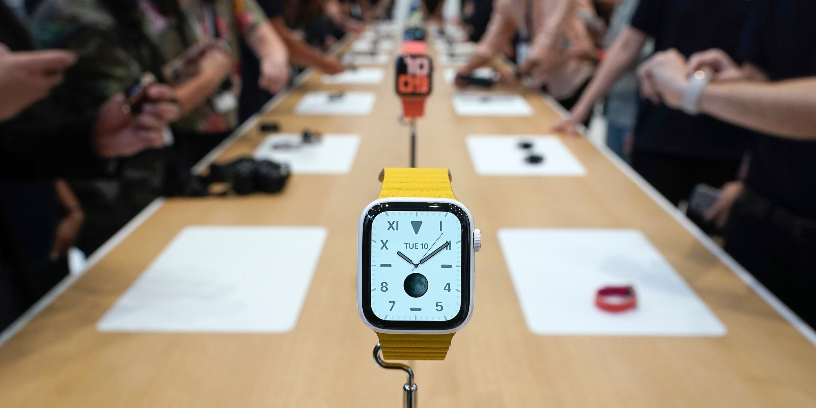 Here's how the new $400 Apple Watch Series 5 compares to last year's model (AAPL)