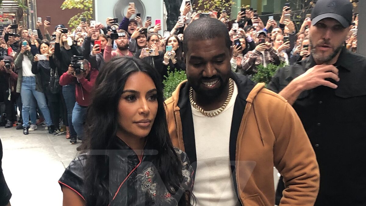 Kanye West, Kim Kardashian Draw Huge Crowd in New York City