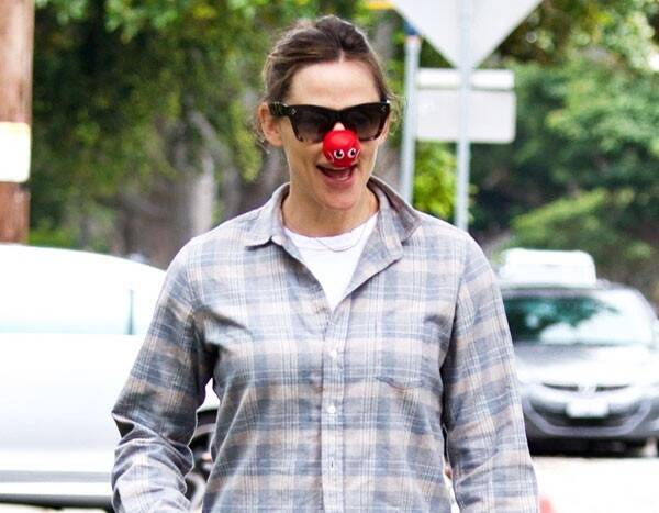 """Watch Jennifer Garner Make a Hilarious Plea for """"Funny Over Sexy"""" Halloween Costumes"""