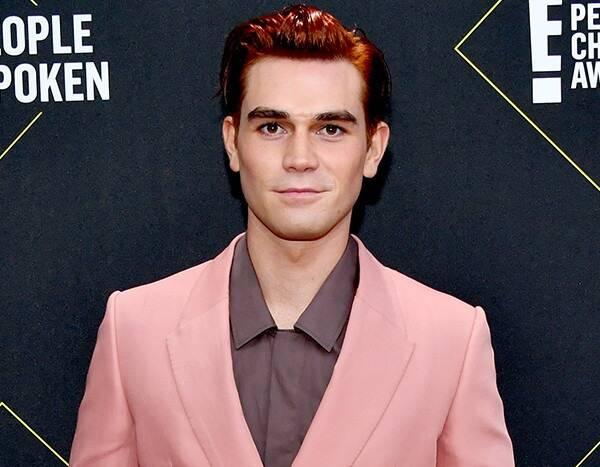 KJ Apa Confesses to Reading Fan Messages at the 2019 People's Choice Awards! But Does He Respond?