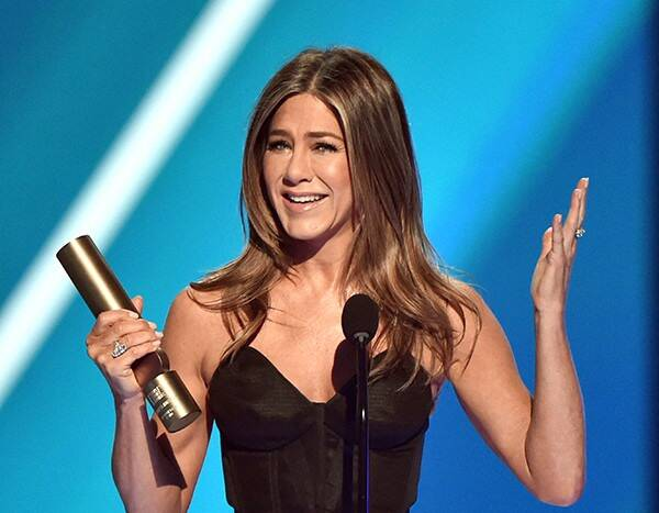 Jennifer Aniston Pays Tribute to Friends Cast, Iconic Haircut & More in Speech at 2019 People's Choice Awards
