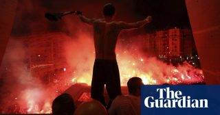 PSG players celebrate with fans kept out of match due to coronavirus fears –video