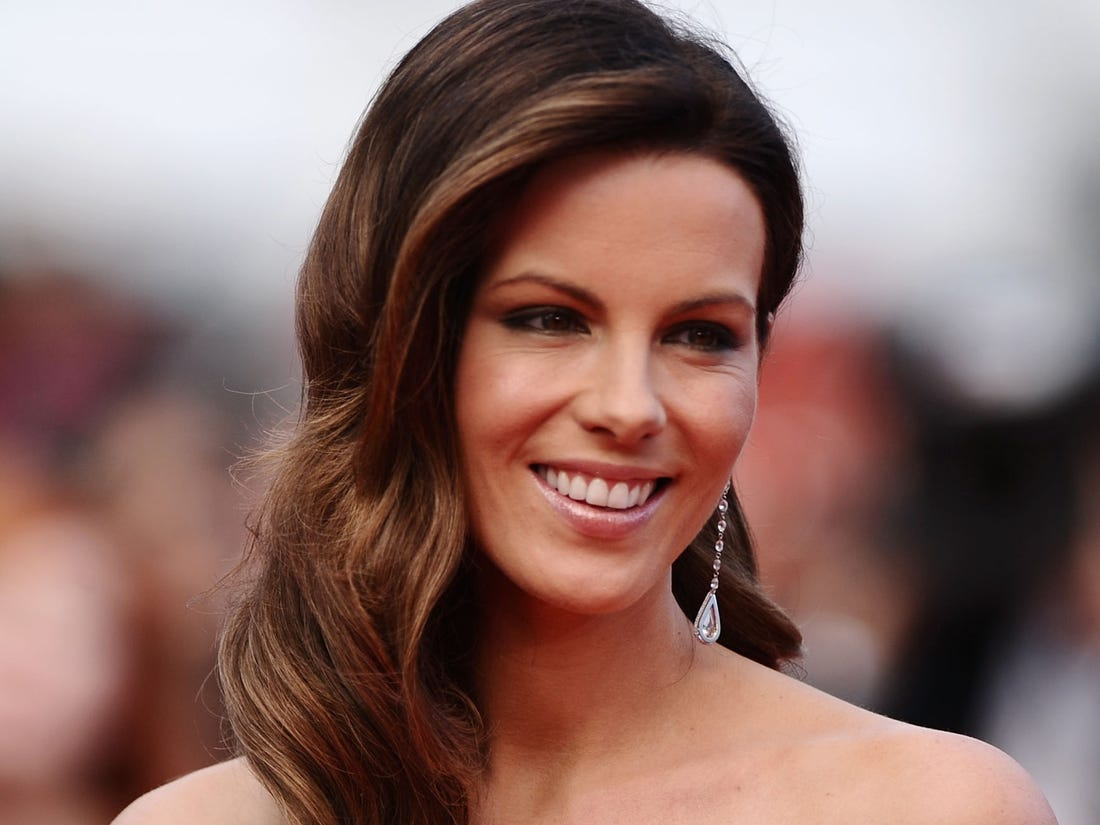 Kate Beckinsale Shows Off Her Incredible Yoga Skills And Flexible Toned Body In The Tiniest Shorts – Check Out The Clips!
