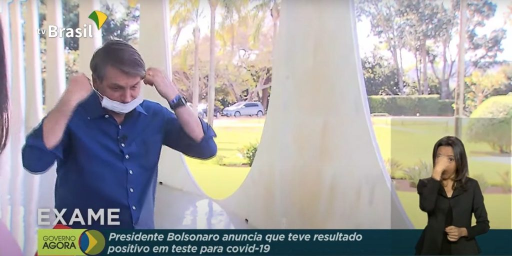 Jair Bolsonaro seen in a TV broadcast on Tuesday, just after taking off his mask in the presence of journalists.